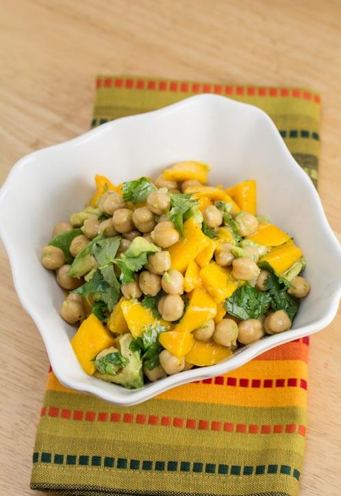 avocadosalade met mango en kikkererwten gerecht