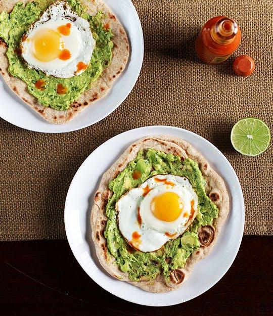 avocado met ei op naanbrood