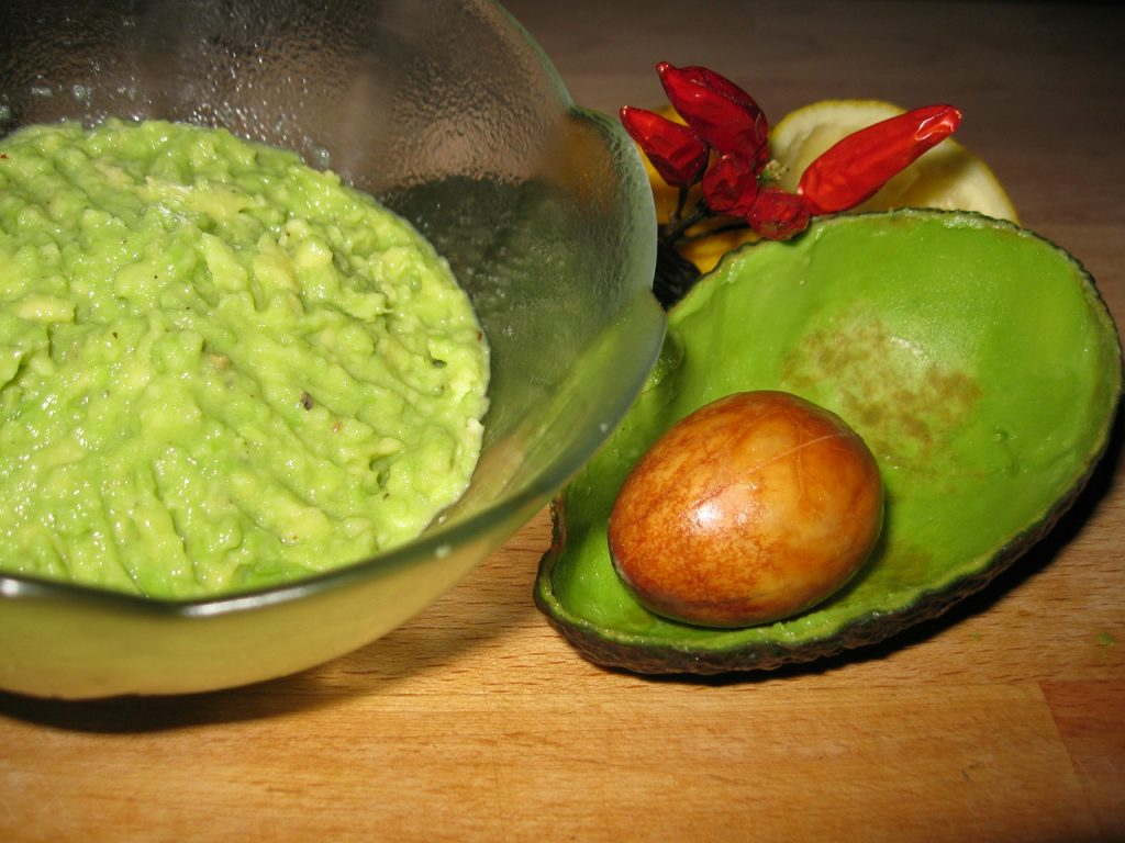 guacamole in kom met lege avocado