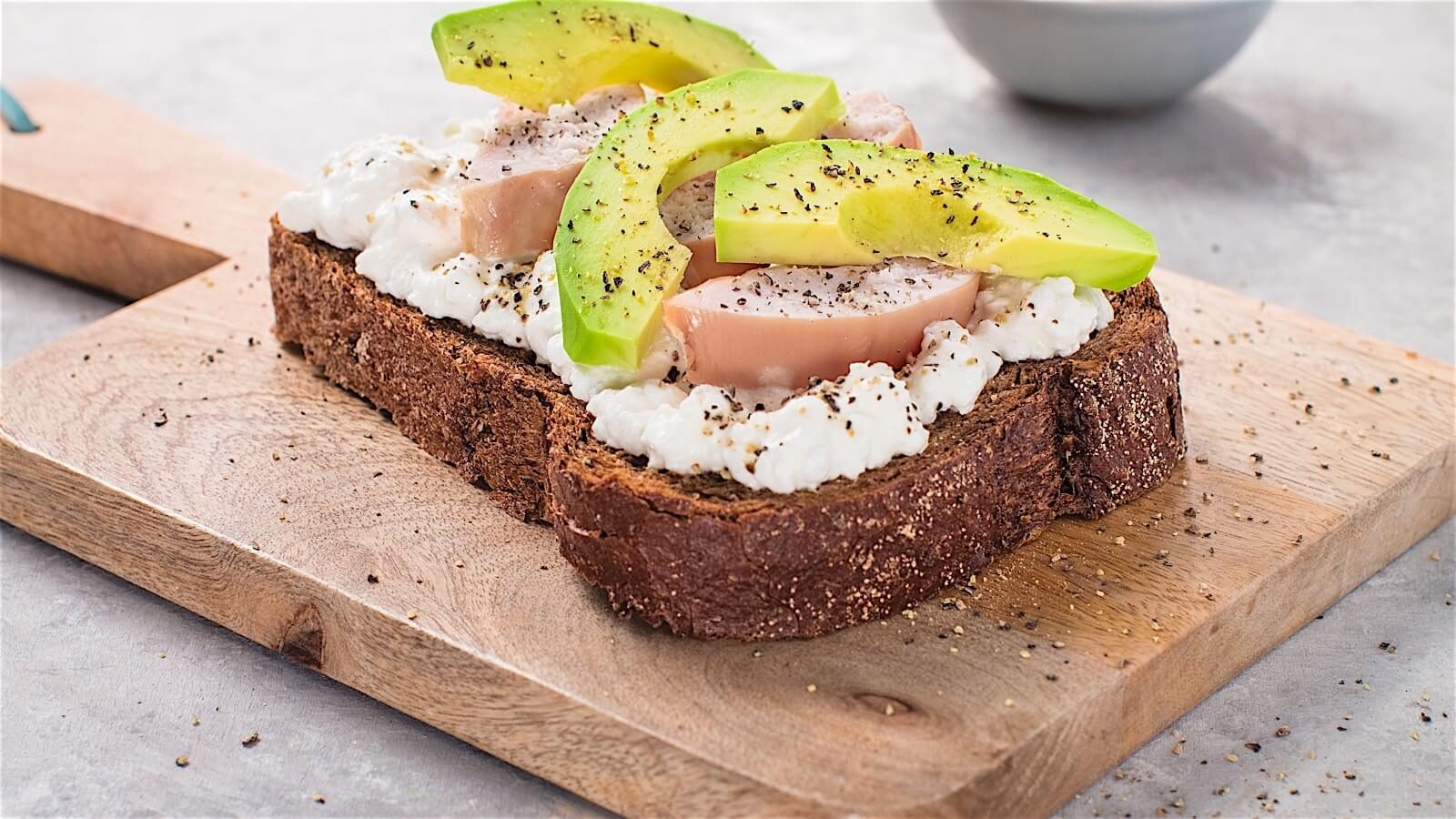 brood met huttenkase, avocado en kip