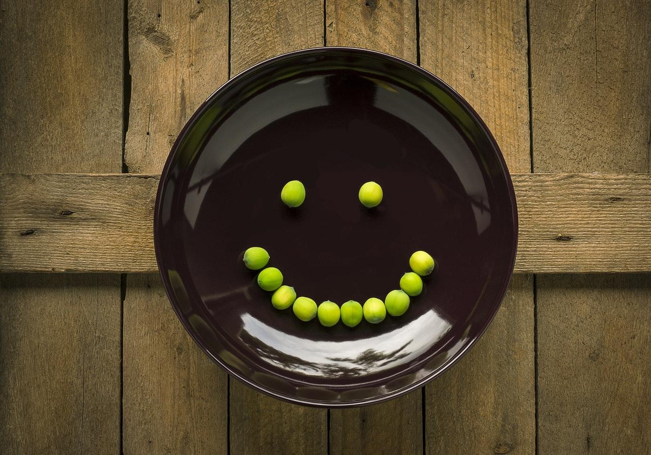 bord met erwten in vorm van smiley