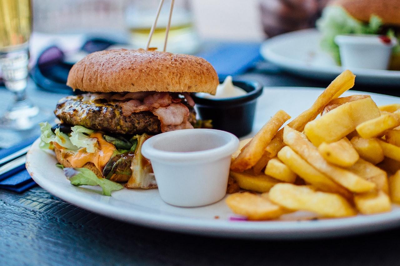 hamburger en friet is teveel zout
