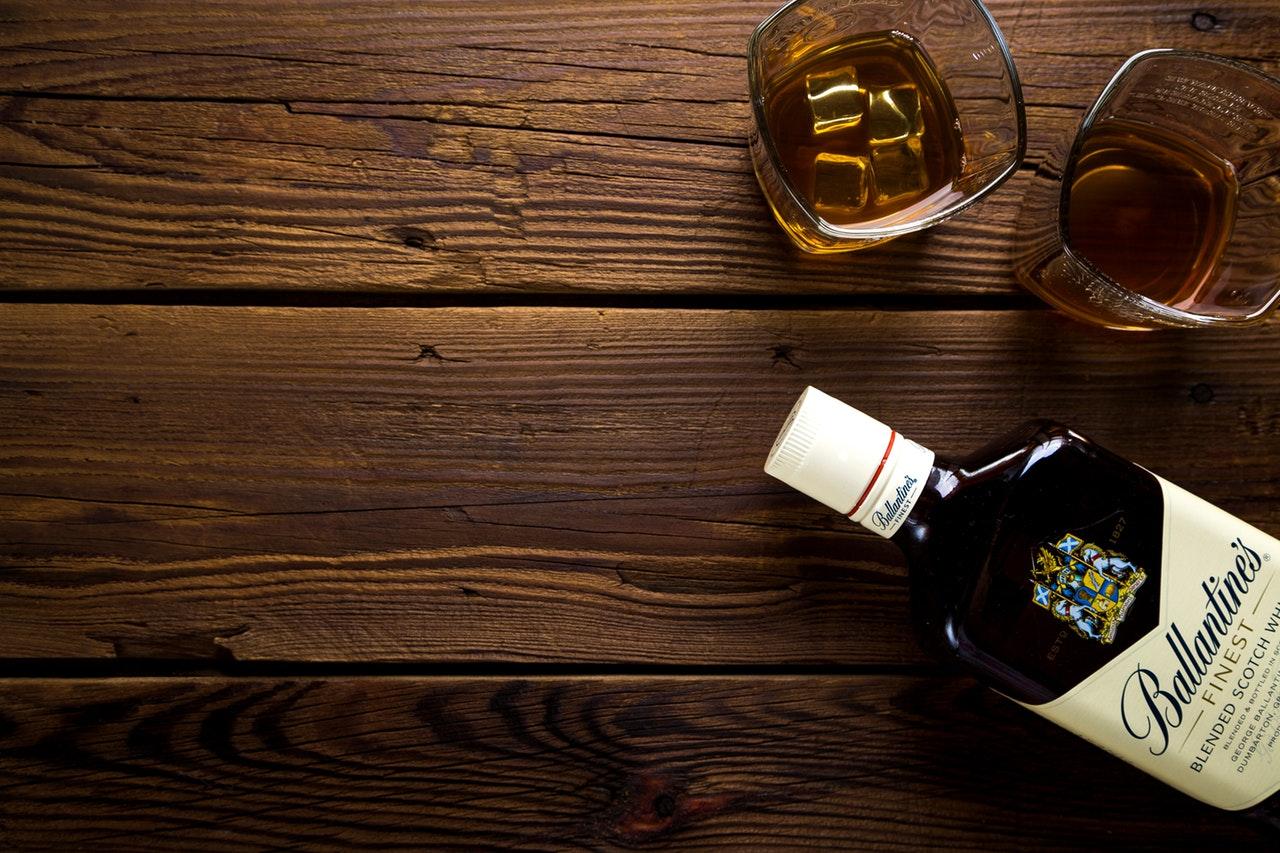 whiskey met glazen