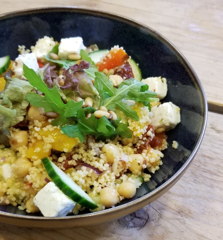 Vegetarische couscous salade in kom