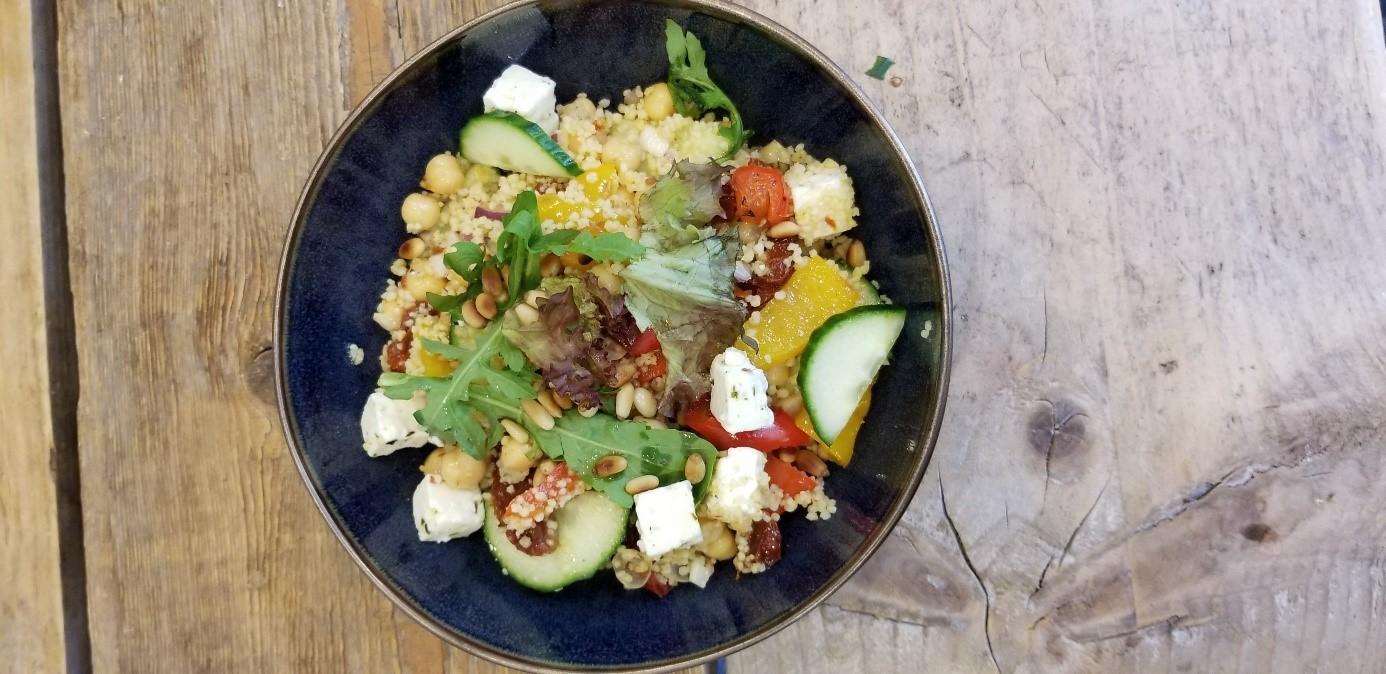 Vegetarische couscous salade met feta en kikkererwten bovenaanzicht