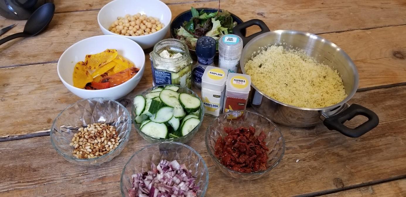 foto ingrediënten vegetarische couscous salade feta en kikkererwten