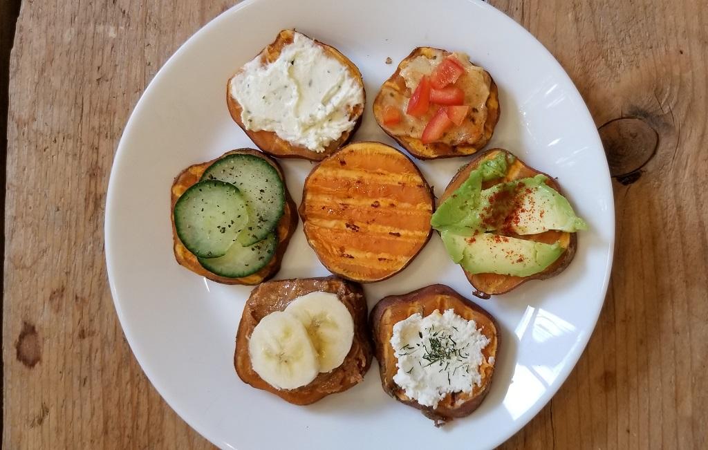 zoete aardappel toast op bord