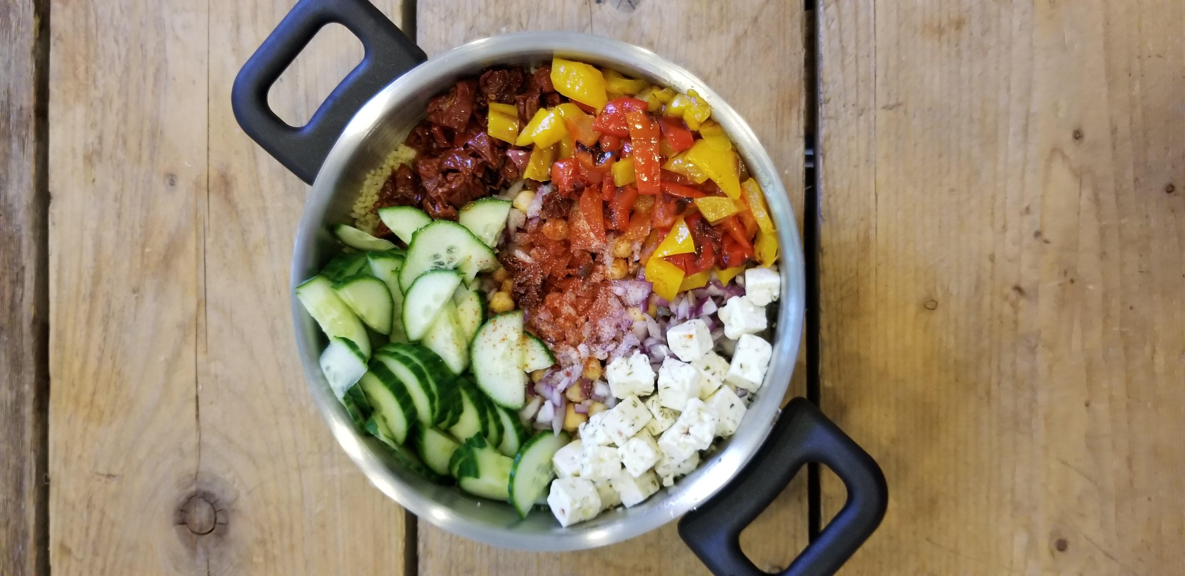 couscous salade met feta en kikkererwten in pan