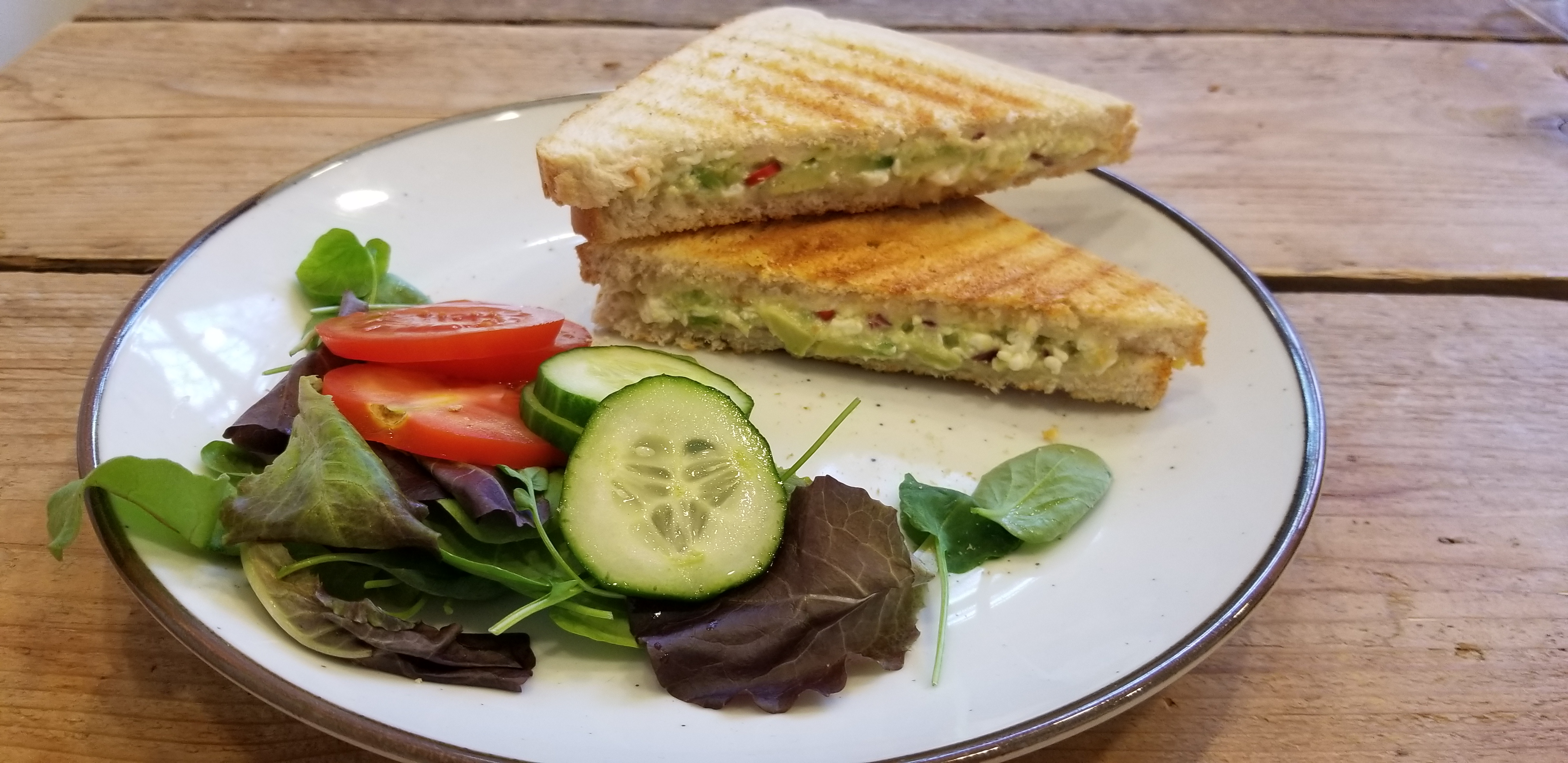 tosti avocado met salade