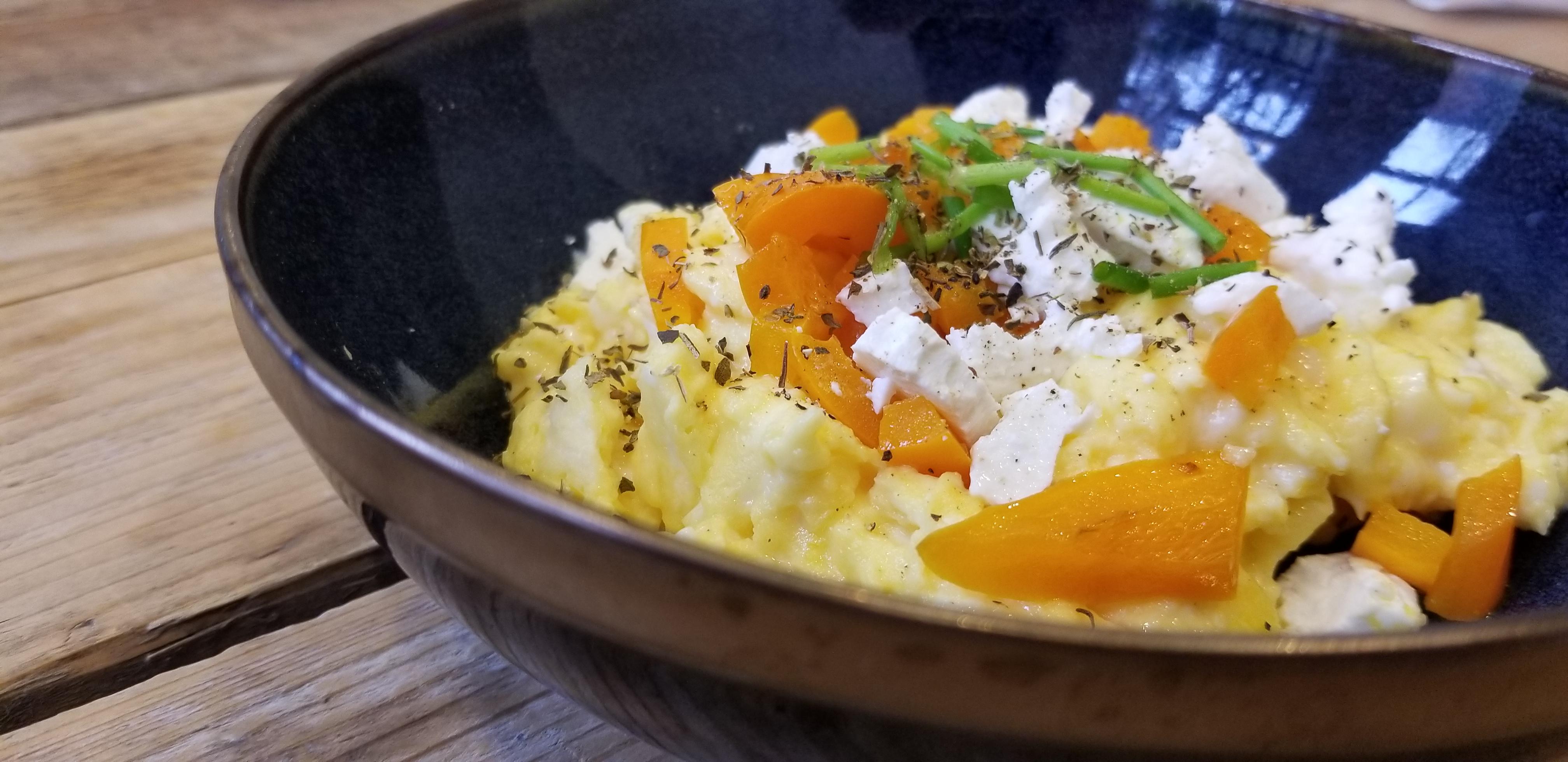 roerei recept met geitenkaas en paprika