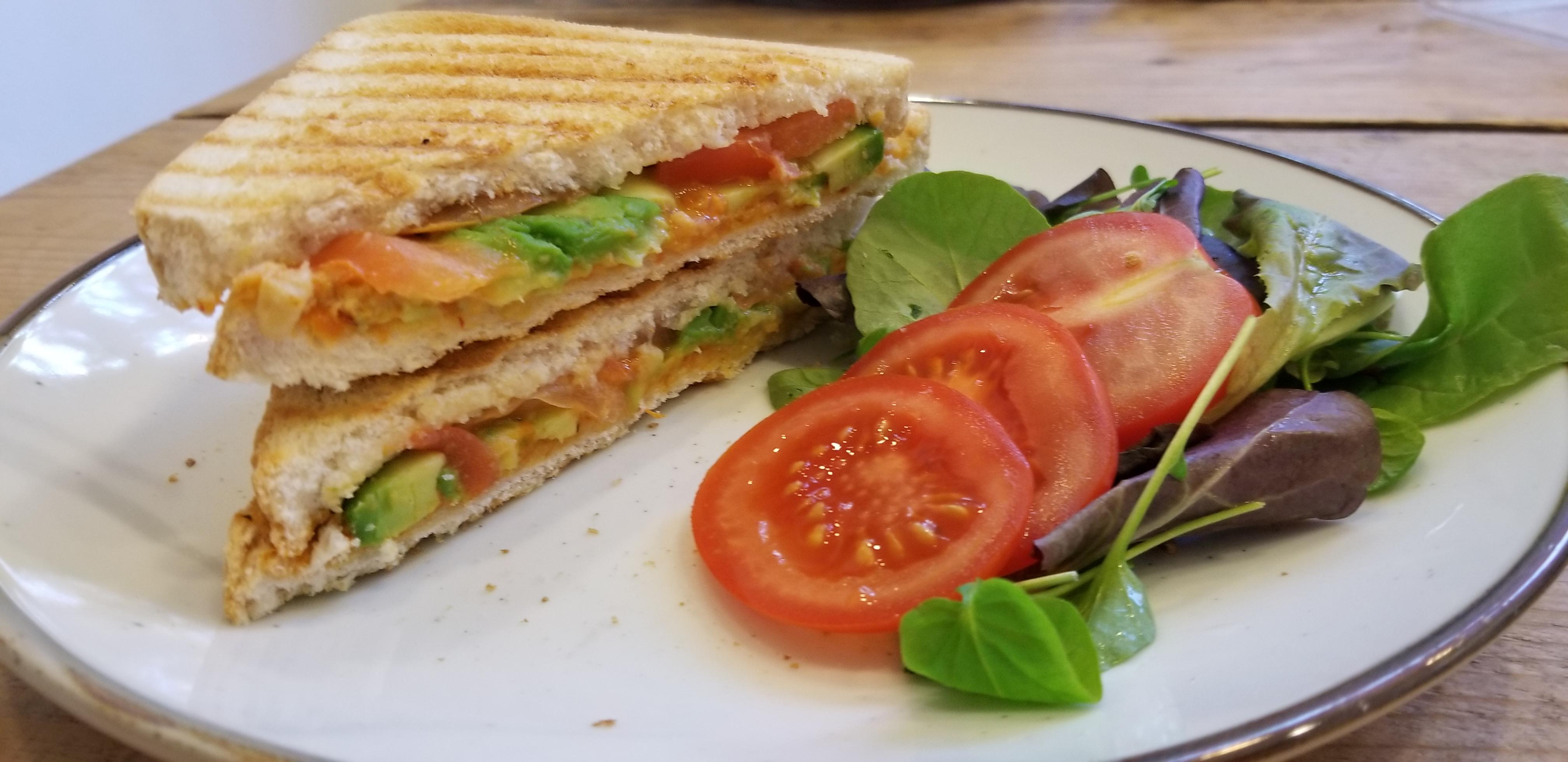 Vegan tosti met hummus en avocado foto