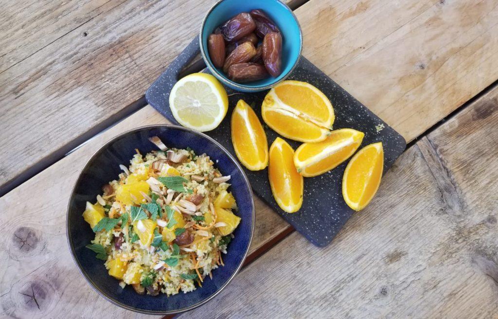 Recept voor gezonde vegan couscous met sinaasappel, dadels en verse munt