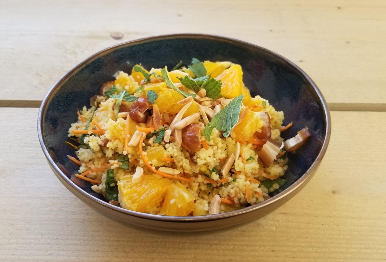 Vegan couscous salade recept met sinaasappel en dadels